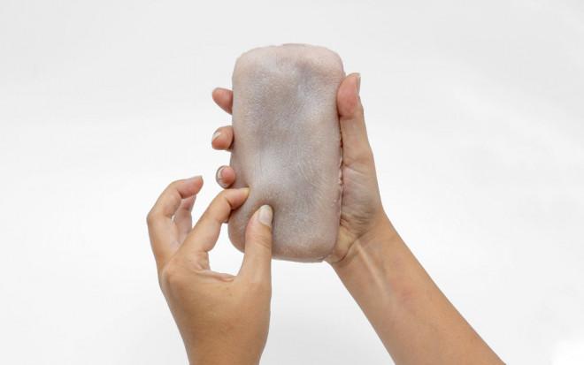 Неужели правда? Ученые создали чехол для телефона из человеческой кожи, который боится щекотки